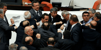 Gerangel im türkischen Parlament. cihan