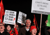 Demonstranten wegen der neuen geplanten Internetregelung in der Türkei