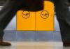 Ein Mann läuft an den Lufthansa-Symbolen vorbei.