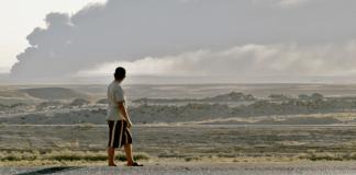 Ein Junge beobachtet in Arbil eine aufziehende Rauchwolke.