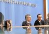 Bundesinnenminister Thomas de Maizière (CDU) und Bundesjustizminister Heiko Maas (SPD, M) beantworten am 26.02.2014 vor der Bundespressekonferenz in Berlin Fragen zum NSU-Umsetzungsbericht.