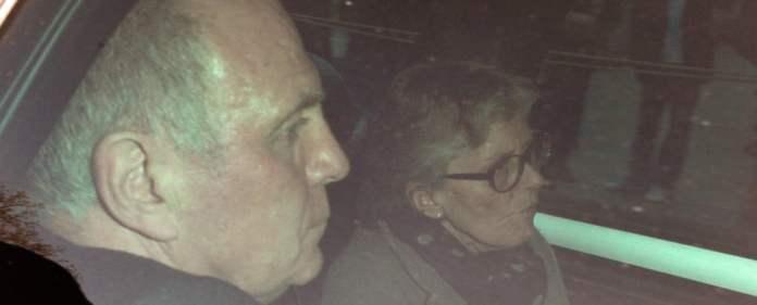 Der Präsident des FC Bayern München, Uli Hoeneß und seine Frau Susanne fahren am 13.03.2014, dem vierten Prozesstag, mit einem Auto nach einer Verhandlungspause wieder ins Landgericht München II. Hoeneß muss sich wegen Steuerhinterziehung verantworten.