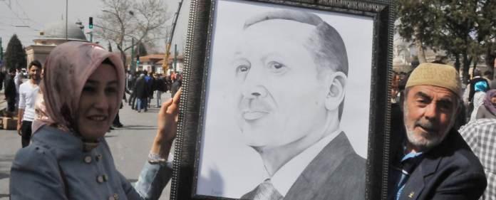 Zwei AKP-Anhänger halten ein Portrait von Ministerpräsident Erdogan hoch.