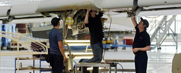 Mitarbeiter bauen am 19.04.2005 in Toulouse (Frankreich) auf dem Airbus-Werksgelände in der Endfertigungshalle an einem Flügel für ein Airbus A380-Flugzeug.