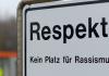 """Ein Schild mit der Schrift: """" Respekt! Kein Platz für Rassismus"""""""
