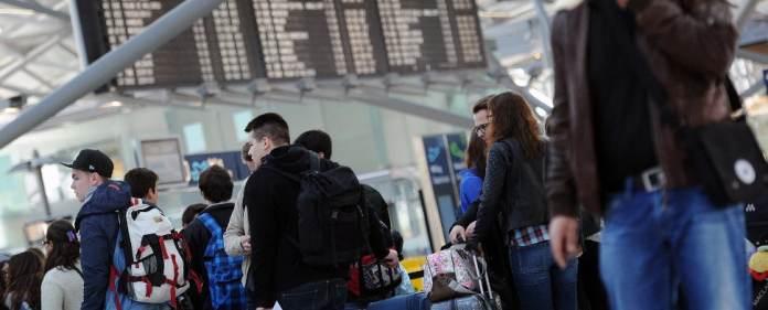 Fluggäste am Flughafen warten auf ihren Flug. Wegen der Zeitumstellung könnte es am Wochenende zu Problemen kommen, besonders in der Türkei.
