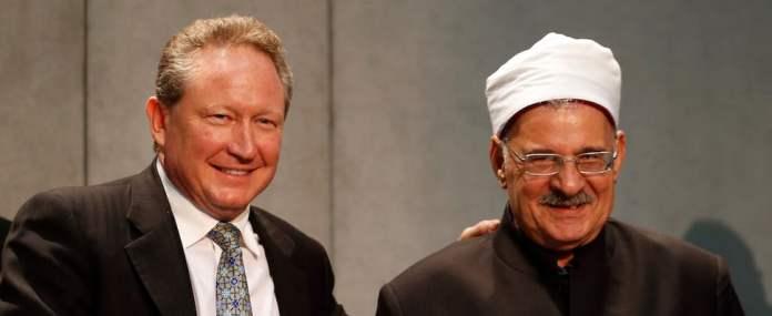 Andrew Forrest und Mahmoud Azab schütteln sich die Hände.