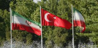 Die iranische und türkische Flagge nebeneinander.