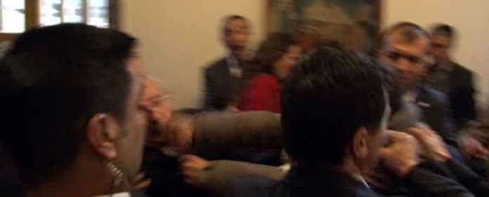 Der Vorsitzende der oppositionellen Cumhuriyet Halk Partisi (Republikanischen Volkspartei, CHP) in der Türkei, Kemal Kılıçdaroğlu, wurde am heutigen Dienstag zum Opfer eines gewalttätigen Übergriffs.
