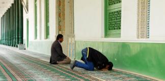 Zwei Männer beten am 10.04.2014 in der Idgar Moschee in der Stadt Kashgar im westchinesischen Xinjiang.