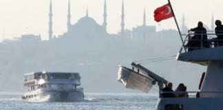 Eine Fähre durchquert den Bosporus in Istanbul.