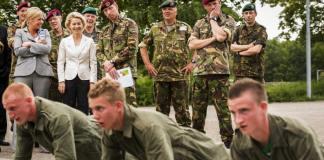 Bundeswehrsoldaten mit Verteidigungsministerin von der Leyen.