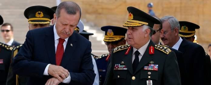 Erdogan bespricht sich mit Necdet Özel, dem Obersten General der türkischen Armee.