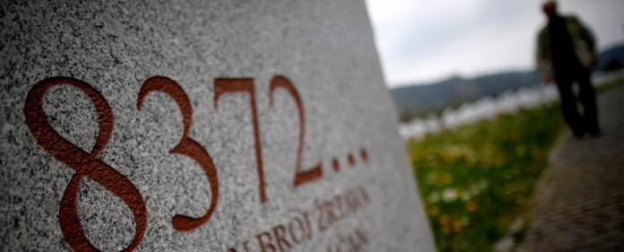 Eine Gedenktafel erinnert an das Massaker von Srebrenica.