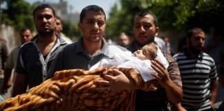 Palästinenser trauern um ein totes Kind.