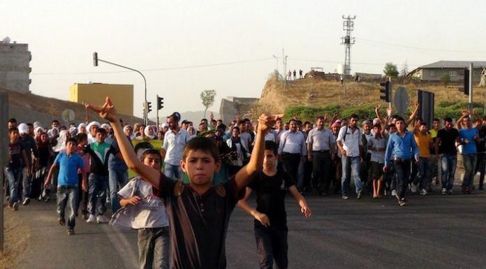 """In der Grenzregion zu Syrien finden regelmäßig Solidaritätskundgebungen der kurdischen Halkların Demokratik Partisi (""""Demokratische Partei der Völker"""", HDP) statt."""