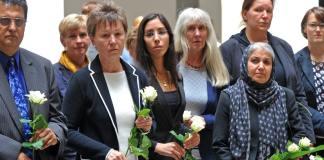 Dresdens Oberbürgermeisterin Helma Orosz (CDU - 2.v.l.) und Freunde gedenken am 01.07.2014 in Dresden (Sachsen) im Landgericht an die vor fünf Jahren hier ermordete Ägypterin Marwa El-Sherbini. Vertreter des Freistaates, der Stadt und Freunde legten weiße Rosen an einer Gedenktafel nieder.