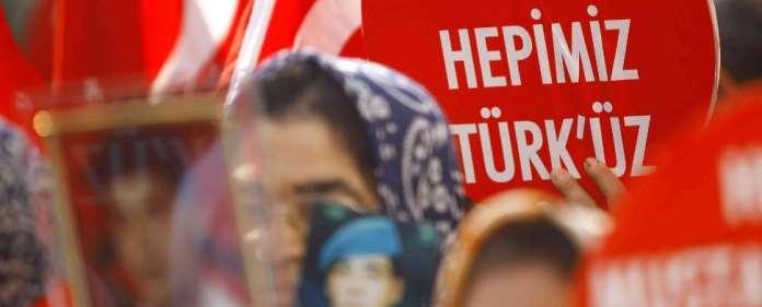 Eine Türkin hält ein Schild hoch, worauf