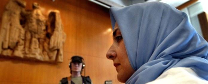 """Auch viele muslimische Frauen der ersten Generation trugen ein Kopftuch. Auch sie wurden als die """"Andere"""" wahrgenommen. Es war aber nie ein großes Thema in der Öffentlichkeit."""