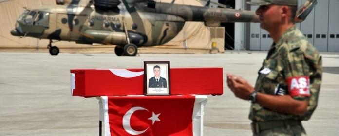 Einen Tag nach der Entfernung einer PKK-Statue aus der Ortschaft Lice in der Provinz Diyarbakır haben PKK-Terroristen in Van eine Patrouille des türkischen Militärs angegriffen. Dabei wurde der Leutnant Emre As getötet, ein weiterer Soldat verletzt.