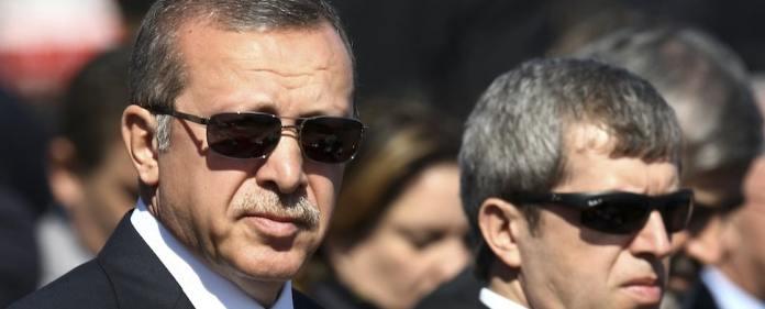 Die Tageszeitung Karşı will in den Besitz von Unterlagen gekommen sein, die den künftigen türkischen Präsidenten Erdoğan bei mehreren Treffen mit dem saudischen Geschäftsmann Yasin al-Qadi zeigen. Dieser galt lange als Terrorsponsor.