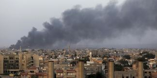 Libyen wird seit Wochen von schweren Kämpfen erschüttert. Nachdem Milizen in der Hauptstadt Tripolis die Oberhand gewannen, wich das libysche Parlament nach Tobruk aus. Nun müssen sich seine Mitglieder auf einer griechischen Autofähre treffen. (rtr)