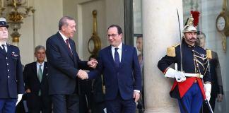 """Der türkische Präsident Recep Tayyip Erdoğan übte am Freitag nach einem Treffen mit seinem französischen Amtskollegen François Hollande in Paris gegenüber Reportern Kritik an westlichen Politikern. Diese würden sich """"zu sehr"""" den Fokus auf die Schlacht um die syrische Grenzstadt Kobani fokussieren. (rtr)"""