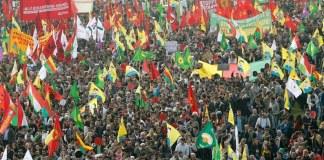 In Düsseldorf haben Zehntausende Kurden in Solidarität für die belagerte Stadt Kobani demonstriert. Die Demonstration blieb friedlich, jedoch waren mehrere PKK nahe Gruppierungen unter den Demonstranten. Die Lage in Kobani verschärft sich unterdessen.