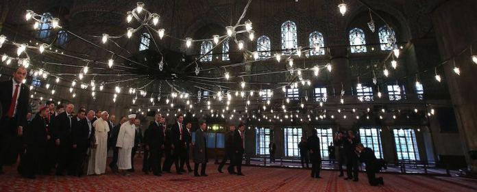 Papst Franziskus traf am Samstag in Istanbul ein. Er besuchte die Sultan-Ahmet-Moschee, wo er gemeinsam mit dem Großmufti betete.