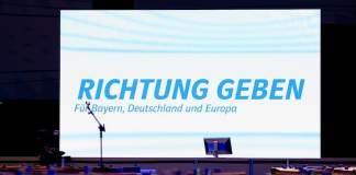 """Auf dem CSU-Parteitag in Nürnberg ist ein Bildschirm mit der Aufschrift """"Richtung geben"""" zu sehen."""