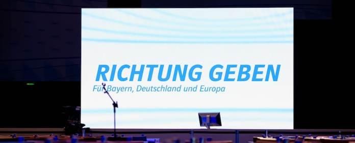 Auf dem CSU-Parteitag in Nürnberg ist ein Bildschirm mit der Aufschrift