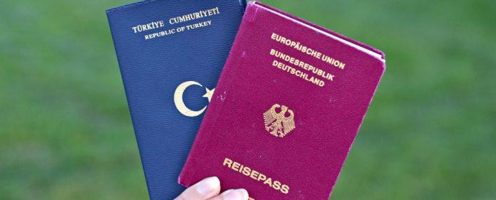 Der deutsche und der türkische Pass in einer Hand.
