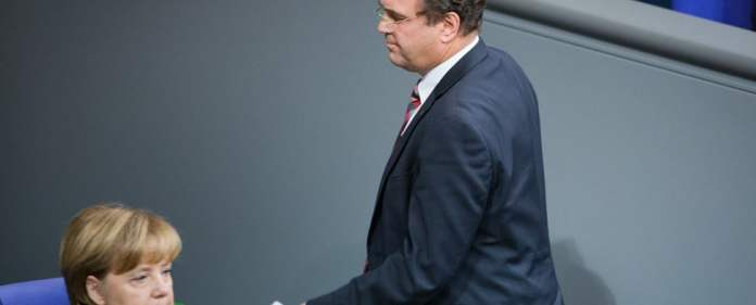 Der frühere Bundesinnenminister Hans-Peter Friedrich (CSU) geht am 18.11.2013 im Bundestag in Berlin nach seiner Rede an der amtierenden Bundeskanzlerin Angela Merkel (CDU) vorbei.