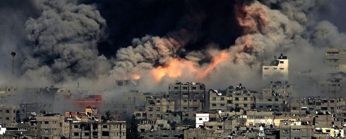 Eine schwere Explosion erschüttert Gaza während eines israelischen Luftangriffs.