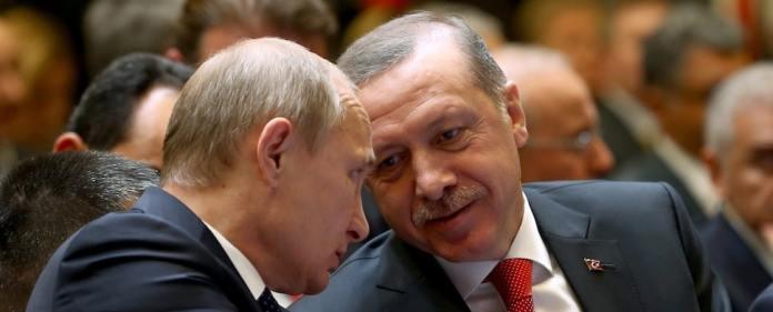 Der russische Präsident Wladimir Putin spricht mit dem türkischen Präsidenten Recep Tayyip Erdoğan.
