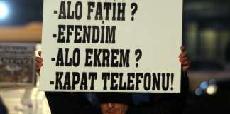 Vor dem Gebäude der Zeitung Zaman hält ein Demonstrant ein Schild hoch. Am Sonntag wurde der Chefredakteur der Zeitung, Ekrem Dumanlı, verhaftet.