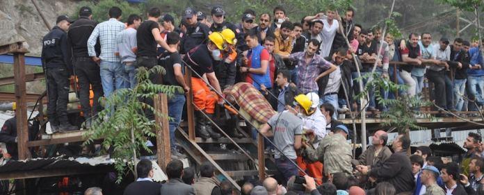 Bergarbeiter bergen in Soma einen Kumpel aus dem Unglücks-Schacht.