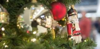 Weihnachtlich geschmückt ist am 20.12.2014 ein Einkaufszentrum in Berlin. Das Weihnachtsgeschäft im Handel läuft auf Hochtouren. Last-Minute-Geschenkekäufer sorgen in den wenigen verbleibenden Tagen bis Weihnachten für Betrieb in den Geschäften.