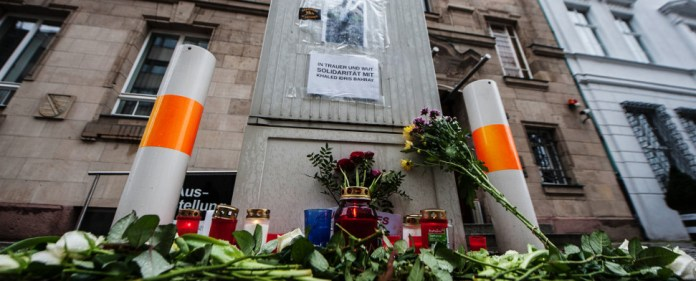 Blumen und Kerzen liegen und stehen am 15.01.2015 in Berlin vor dem Gebäude der sächsischen Landesvertretung. Sie wurden in Gedenken an einen 20 Jahre alten afrikanische Asylbewerber, der am 13.01.2015 in Dresden im Stadtteil Leubnitz-Neuostra tot aufgefunden worden war, dort abgelegt. Nach Angaben der Polizei starb er durch einen Messerstich.