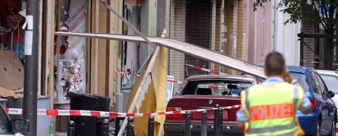 Ein Polizist sichert in Köln die Spuren einer Explosion in der Keupstraße (Archivfoto vom 09.06.2004). Am 20.01.2015 ist der Anschlag Thema im NSU-Prozess in München (Bayern).