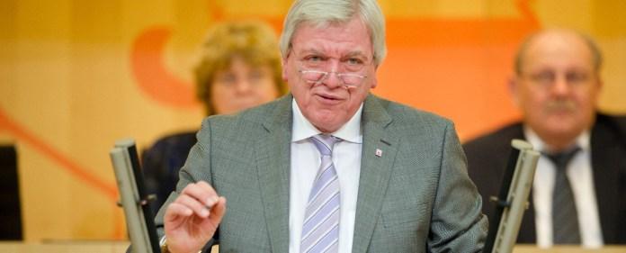 Der hessische Ministerpräsident Volker Bouffier (CDU) spricht am 04.02.2015 bei der Plenarsitzung im hessischen Landtag in Wiesbaden (Hessen).