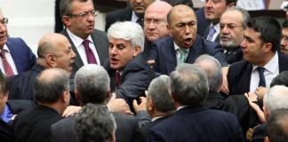 Ein Streit im türkischen Parlament.
