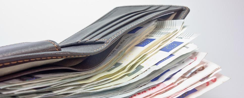 fl chtling gibt verlorenen geldbeutel mit ber euro bei der polizei ab dtj online. Black Bedroom Furniture Sets. Home Design Ideas