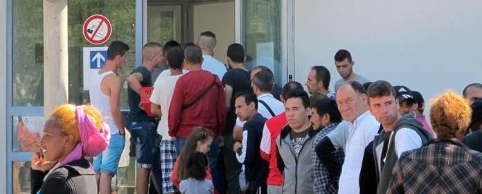 Flüchtlinge vor Aufnahmeeinrichtung