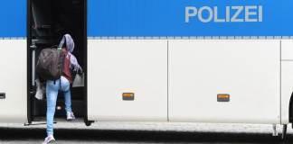 Eine junge Frau steigt am 03.09.2015 nach ihrer Registrierung auf dem Gelände der Bundespolizei in Rosenheim (Bayern) in einen Bus, der sie zurück zum Bahnhof bringt. Nach ihrer Registrierung werden die Flüchtlinge zur Erstaufnahmestelle in München geschickt.