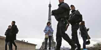 Polizisten in Paris vor dem Eiffelturm.
