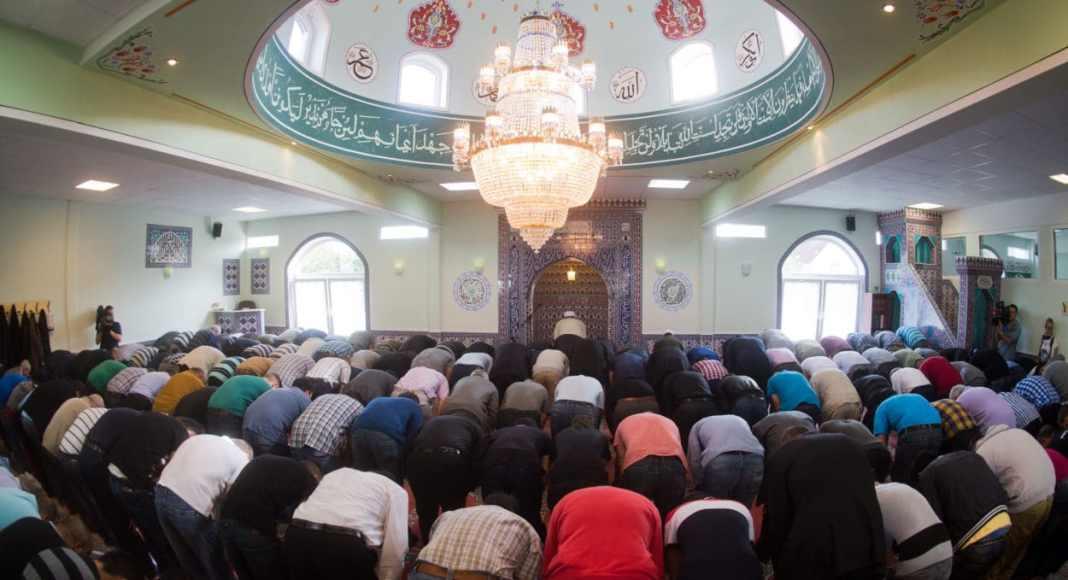 Freitagsgebet in der Moschee Eyüp Sultan Camii in Ronnenberg in der Region Hannover