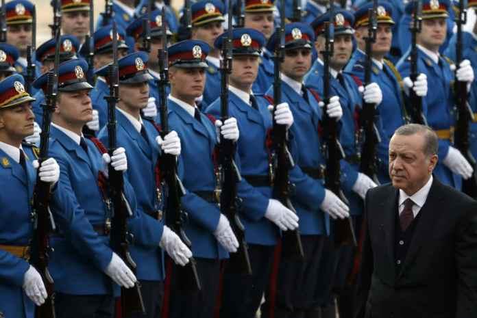 Der türkische Präsident Recep Tayyip Erdogan (r) wird am 10.10.2017 in Belgrad (Serbien) bei einer Willkommenszeremonie von der serbischen Ehrenwache empfangen. Er ist zu Gesprächen in Serbien eingetroffen. Im Mittelpunkt steht der Ausbau der Wirtschafts- und Handelsbeziehungen.