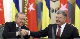 Der türkische Präsident Recep Tayyip Erdogan (l) und den ukrainischen Präsidenten Petro Poroschenko, die sich im Vorfeld einer Zeremonie zur Unterzeichnung eines bilateralen Abkommens in Kiew (Ukraine) die Hand geben. Foto: Yasin Bulbul/Presidency Press Service/Pool AP/dpa
