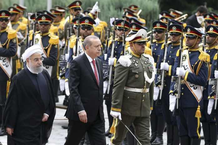 Der türkische Staatspräsident Recep Tayyip Erdogan (M) und der iranische Präsident Hassan Ruhani (l) werden am 04.10.2017 inTeheran (Iran) von der iranischen Ehrengarde begrüßt.